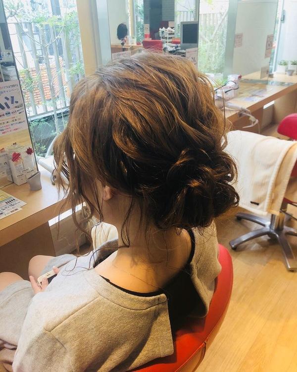 簡単ヘアアレンジ シンプルまとめ髪もおくれ毛いっぱい出して遊びスタイル!